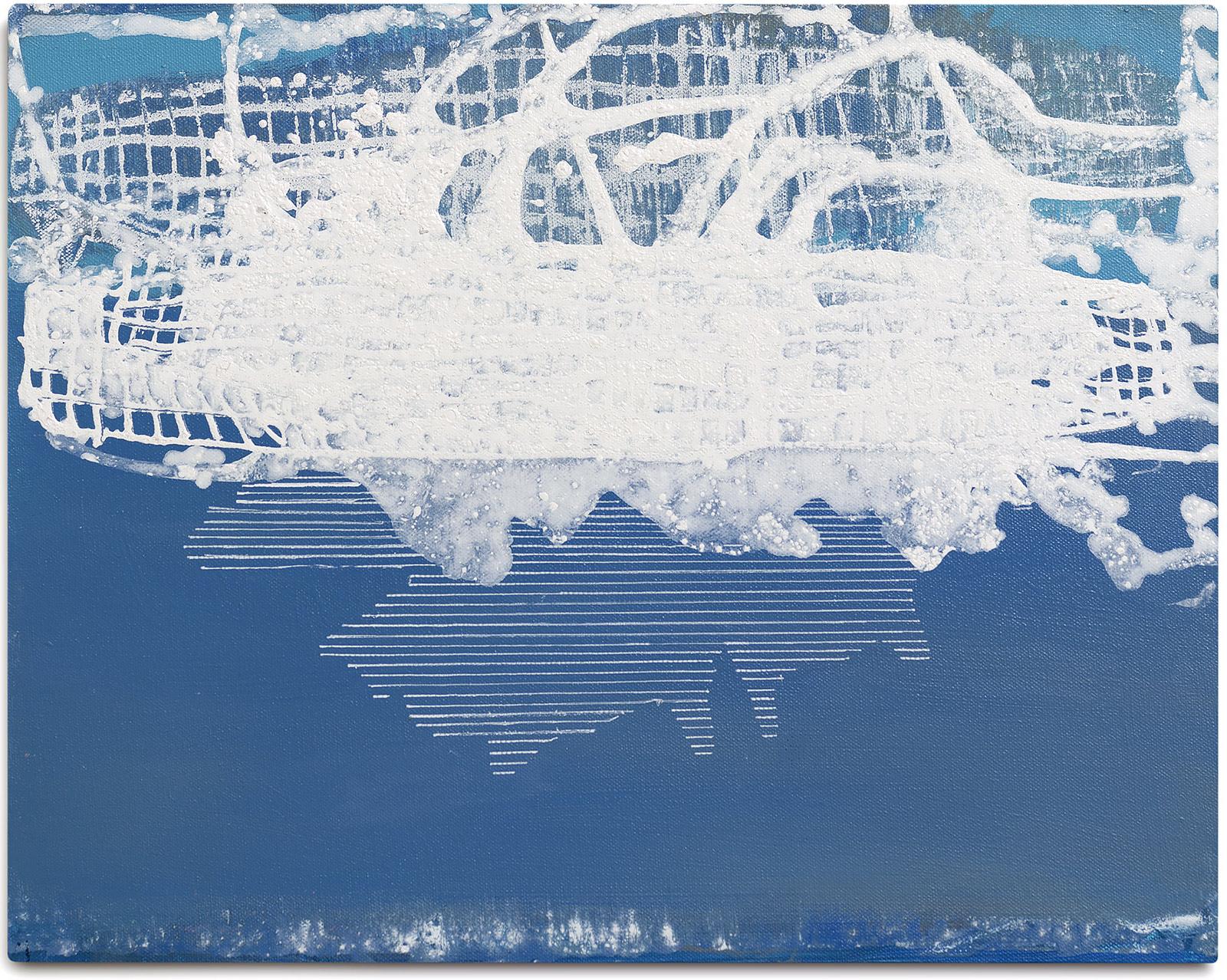 Schneefleck im Teich gespiegelt