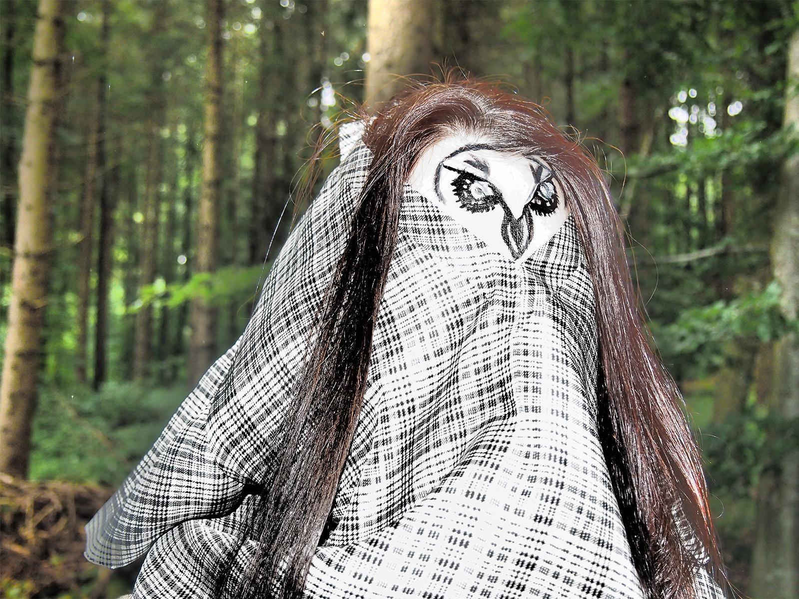 verkleidete Eule hält Ausschau nach den Waldhörnern
